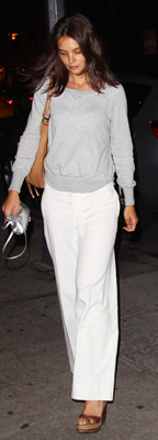 Katie Holmes Wears Gray Sweatshirt and White Pants in NYC