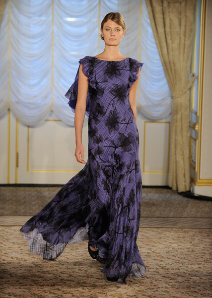 The breezy fabric of this gown makes it look like the wind is dancing with the dress. How fabulous!
