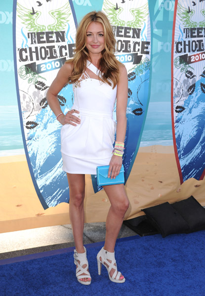 Cat Deeley soaks it up in white Preen and white Matthew Williamson heels — and an armload of Links of London friendship bracelets, so fun.