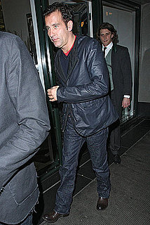 Pictures of Clive Owen Leaving the Ivy in London 2010-10-31 07:00:00