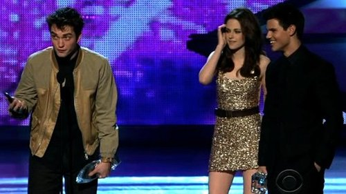 Video of Robert Pattinson and Kristen Stewart at the People's Choice Awards 2011-01-06 00:05:17