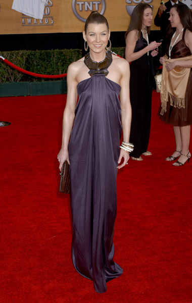 Ellen Pompeo, in one of my favourite looks: bold earrings, bold neckline, simple silhouette, totally exotic in '07.