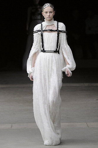 Fall 2011 Paris Fashion Week: Alexander McQueen 2011-03-08 14:28:32