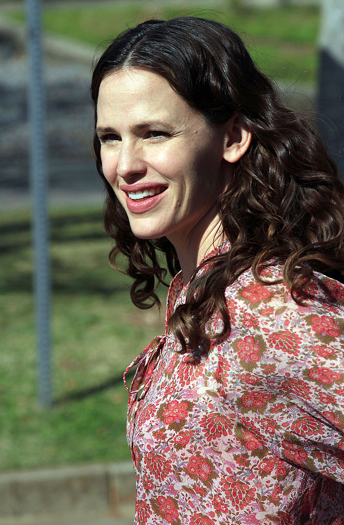 Jennifer Garner Shows Off Her Natural Beauty on The Odd Life Set