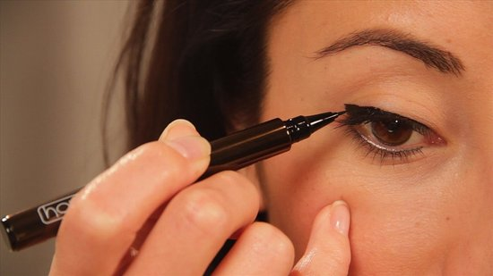 Learn How to Use Liquid Eyeliner With Ease