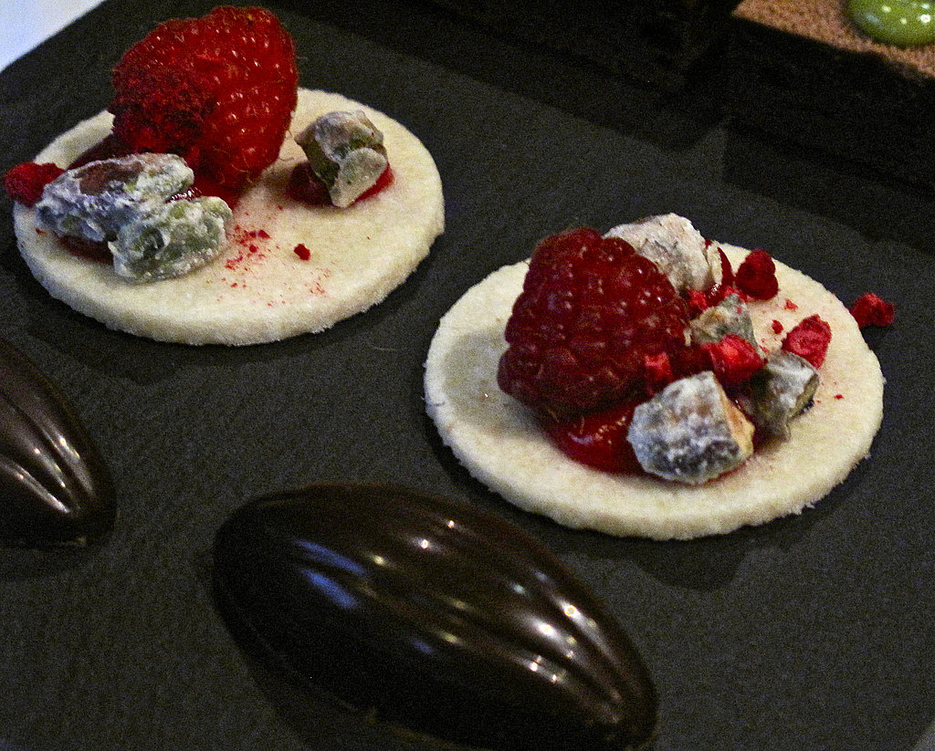 Bonbon and yogurt sablé