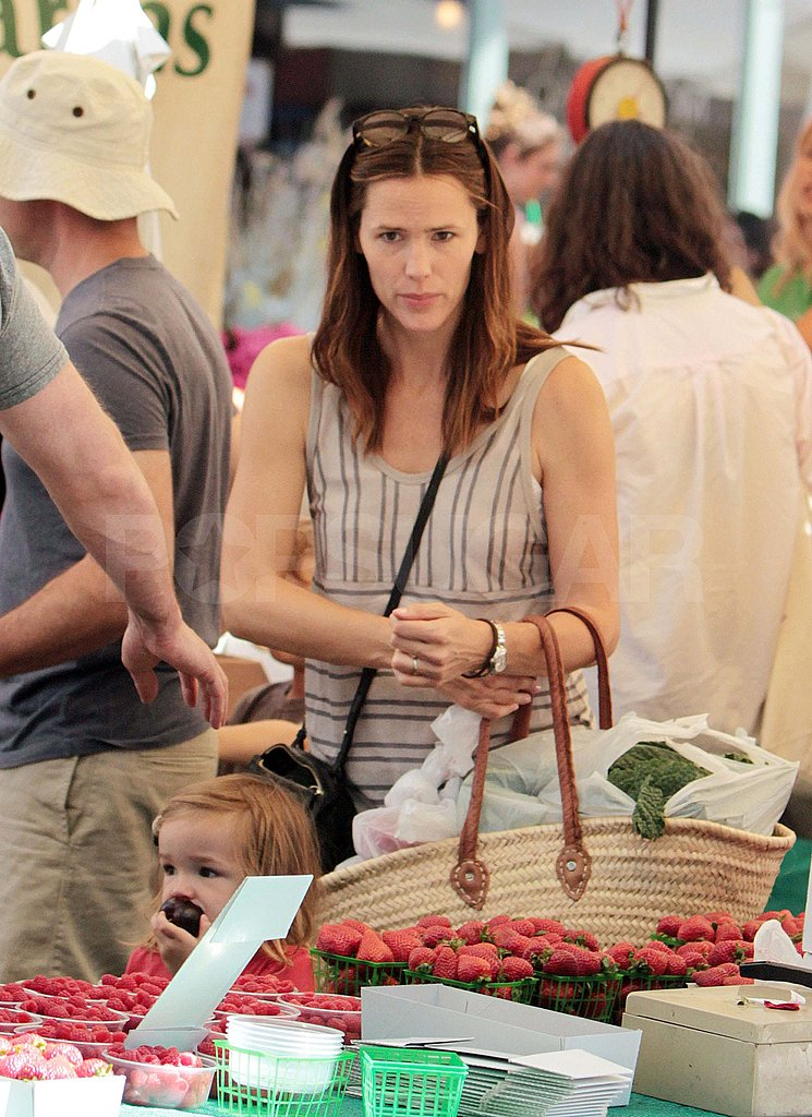 Jennifer Garner at Brentwood Country Mart farmers market.