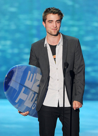Robert Pattinson Promotes Cancer Awareness and Goes Home a Winner at the Teen Choice Awards!