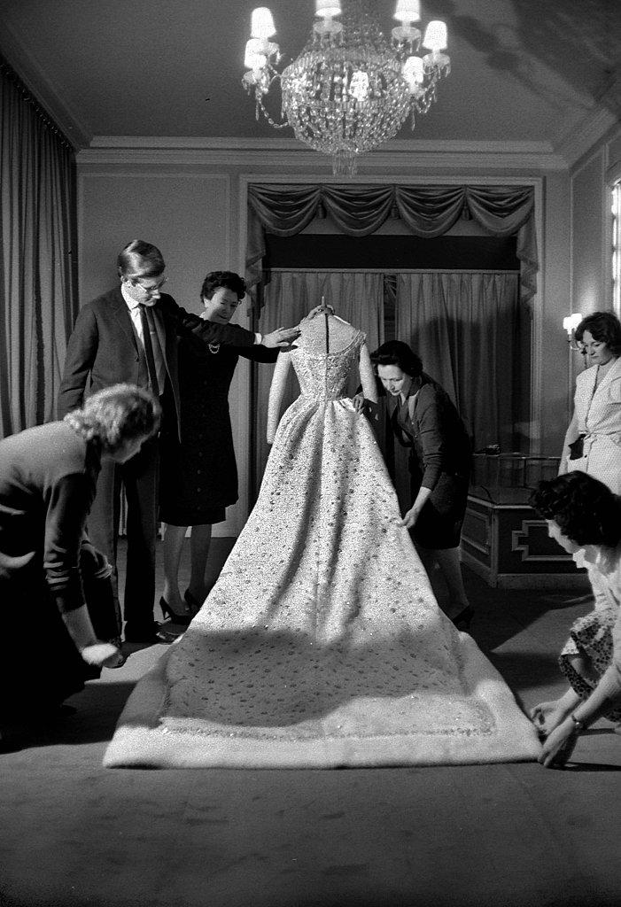 The designer put the finishing touches on Farah Diba's wedding dress in December 1959.