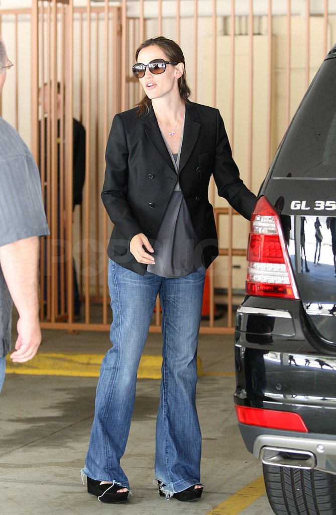 Jennifer Garner helped Violet Affleck into the backseat of their SUV.