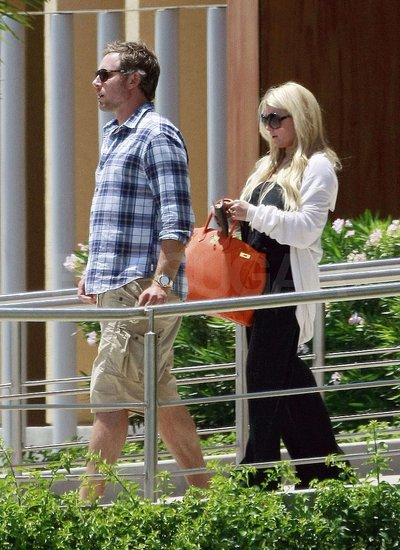 Eric Johnson and Jessica Simpson headed out on their latest trip.