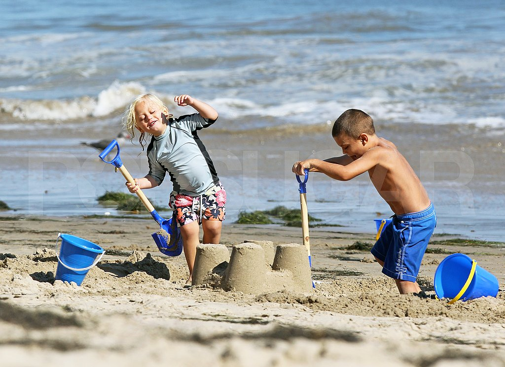 Zuma and Kingston Rossdale build sandcastles.