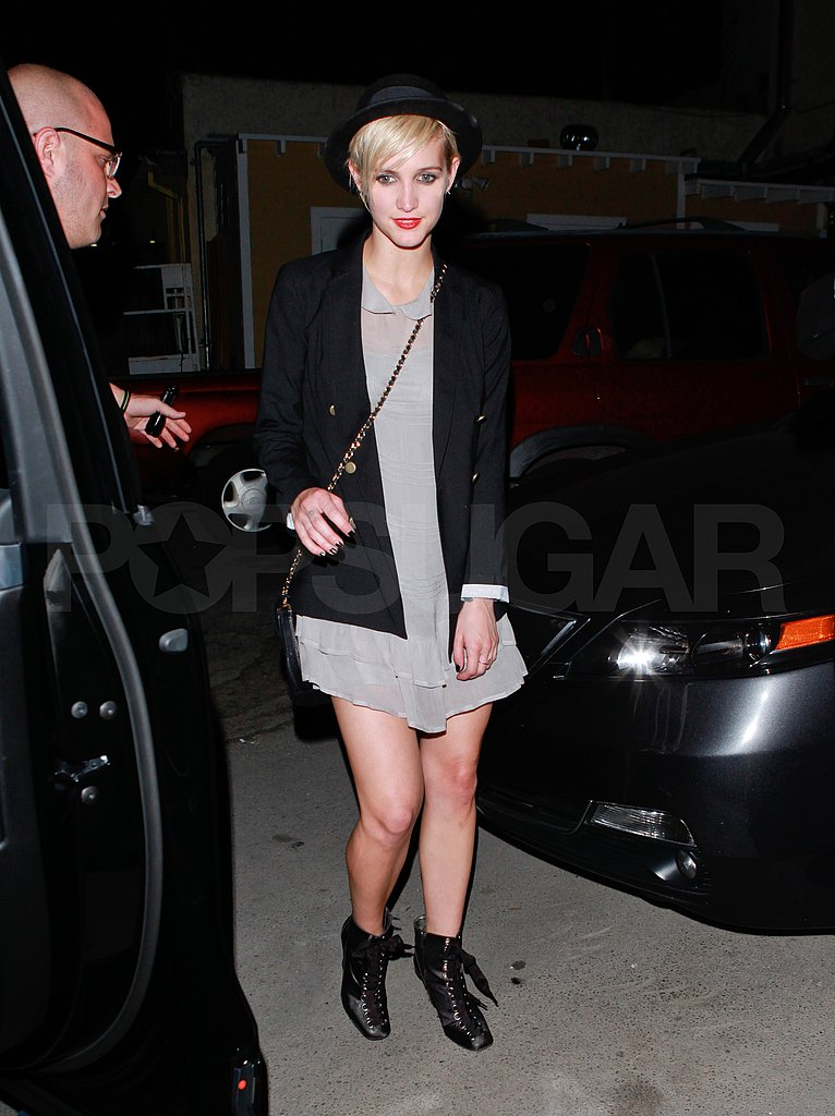 Ashlee Simpson leaves Bru Haus.