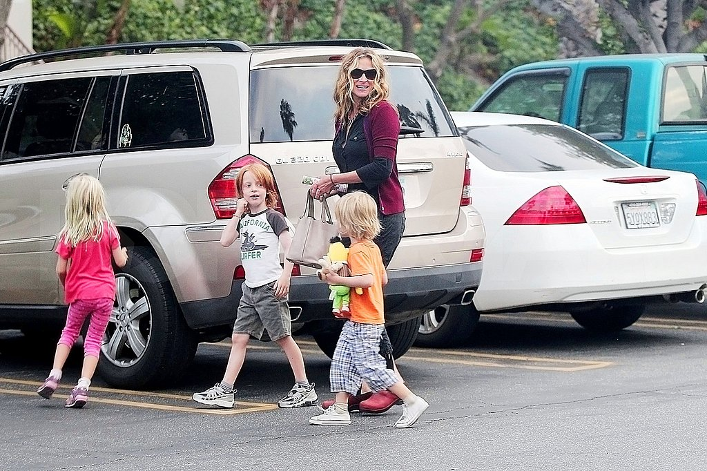 """Creepy, Eerie"" Evil Queen Julia Roberts Changes Roles to Breakfast With Her Children"