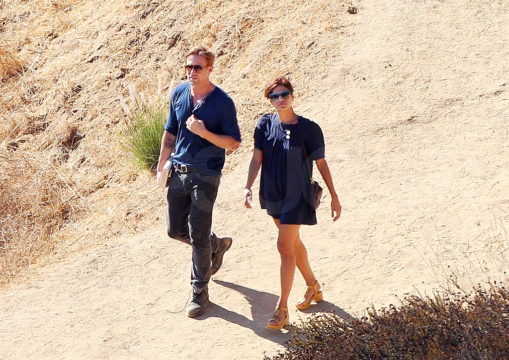 Ryan Gosling and Eva Mendes walking together.