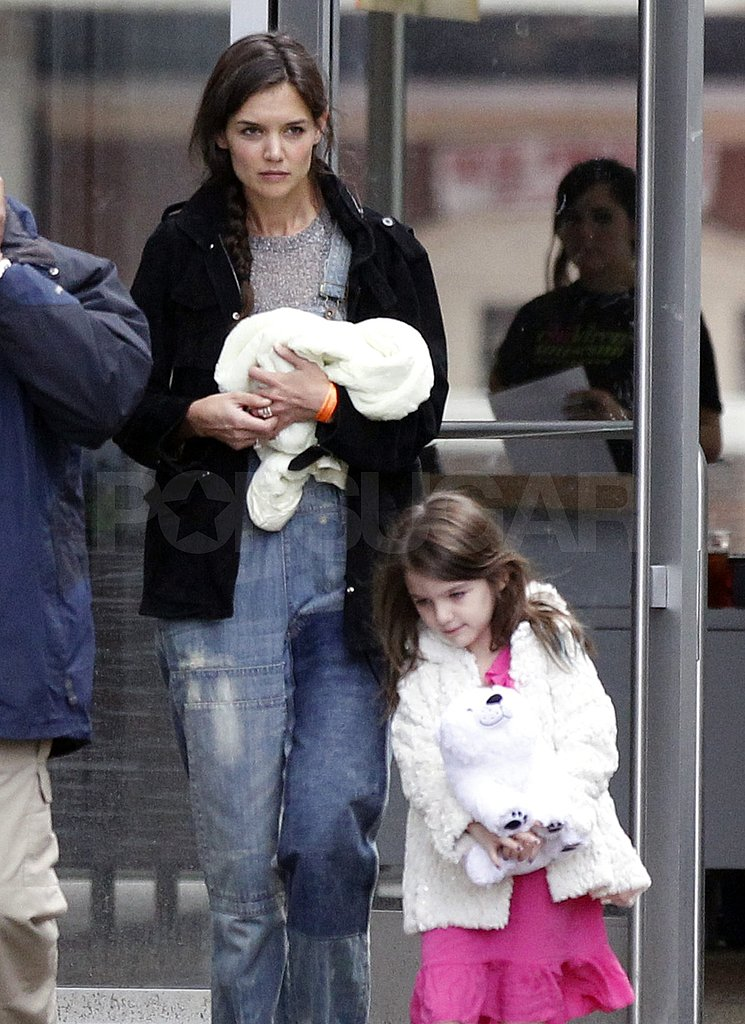 Katie Holmes carried a white blanket.