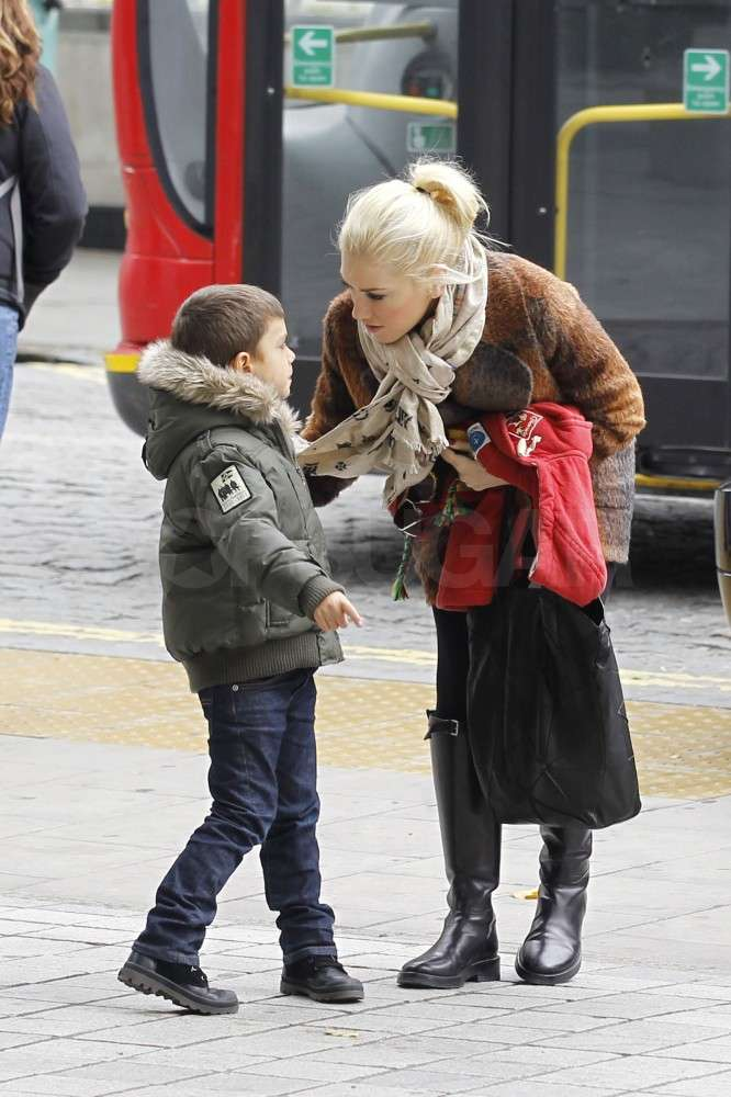 Gwen Stefani leaned down to talk to Kingston Rossdale.