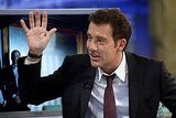Clive Owen jokes around on El Hormiguero.