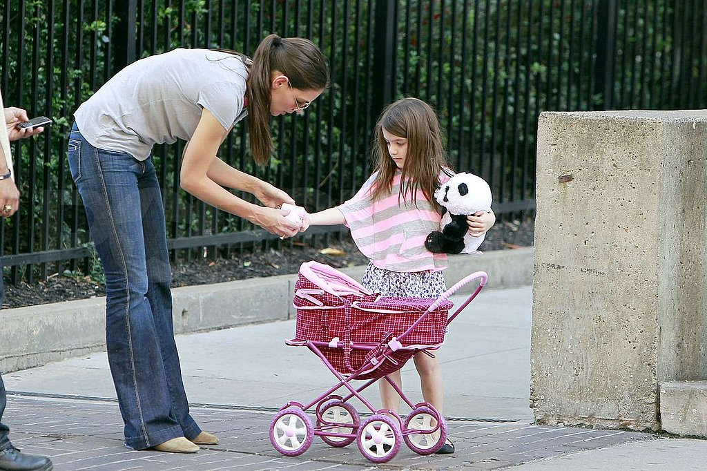 Katie Holmes fixed Suri Cruise's sleeve.