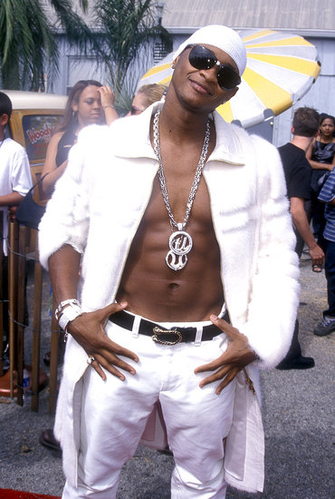 At the 2000 Teen Choice Awards, Usher exposed his abs while wearing all-white.