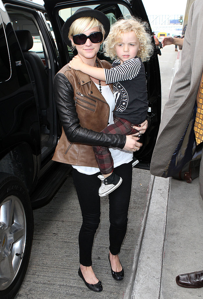Ashlee Simpson carries Bronx Wentz into LAX.