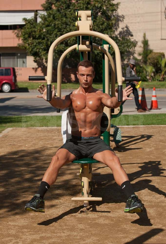 Joey Lawrence works out in an LA park.