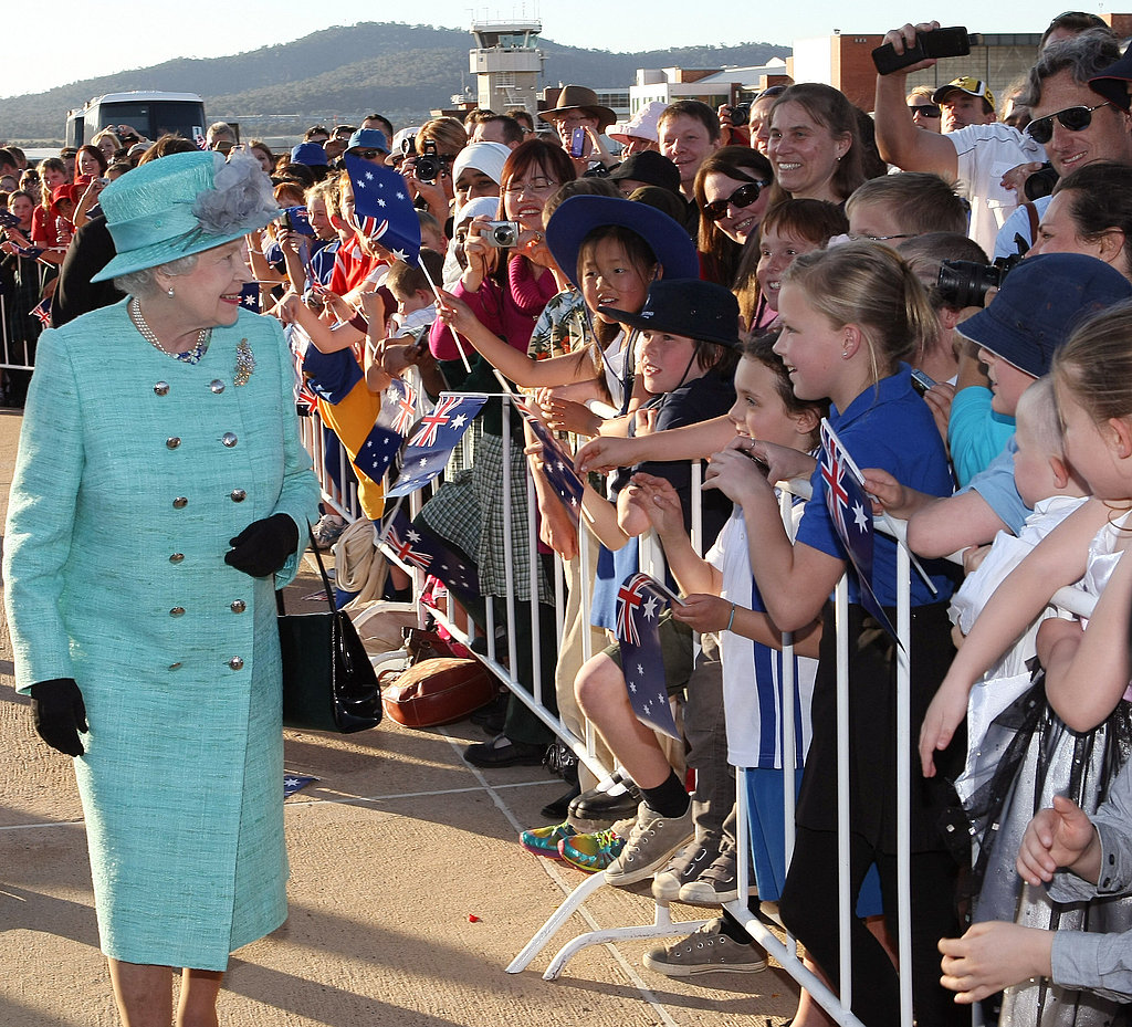 Young Australians help the queen kick off her royal tour.