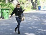 Reese Witherspoon carried an oversized handbag.