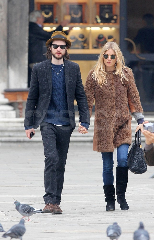 Sienna Miller and Tom Sturridge watched the pigeons in St. Peter's Square.