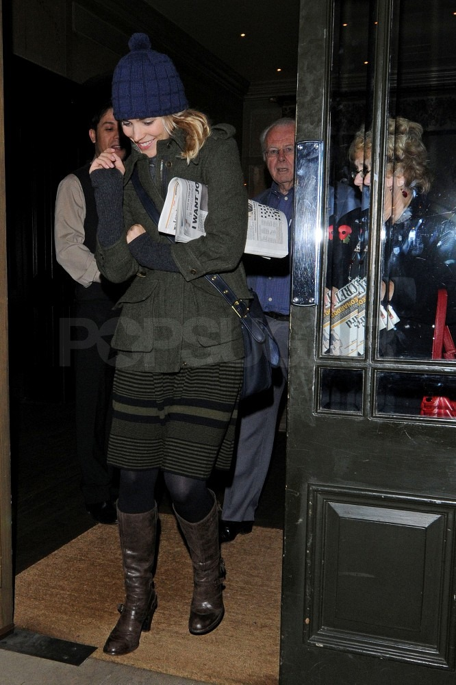 Rachel McAdams left an English pub with friends in London last night.