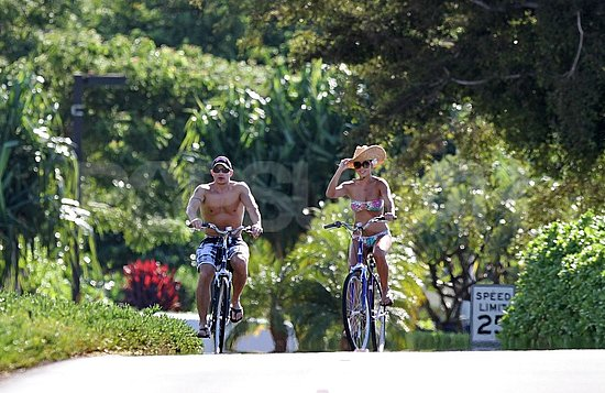 Vanessa Minnillo cruised around Maui in a bikini with shirtless Nick Lachey.