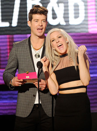 Robin Thicke presented an award together with Ellie Gould.