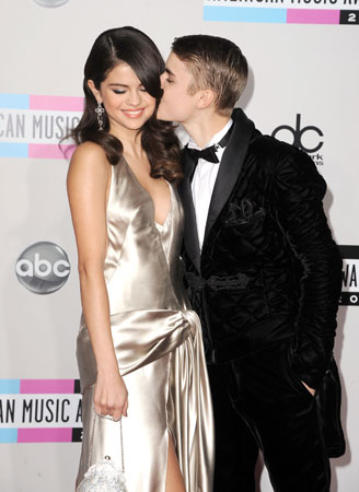 Justin Bieber planted a kiss on girlfriend Selena Gomez.