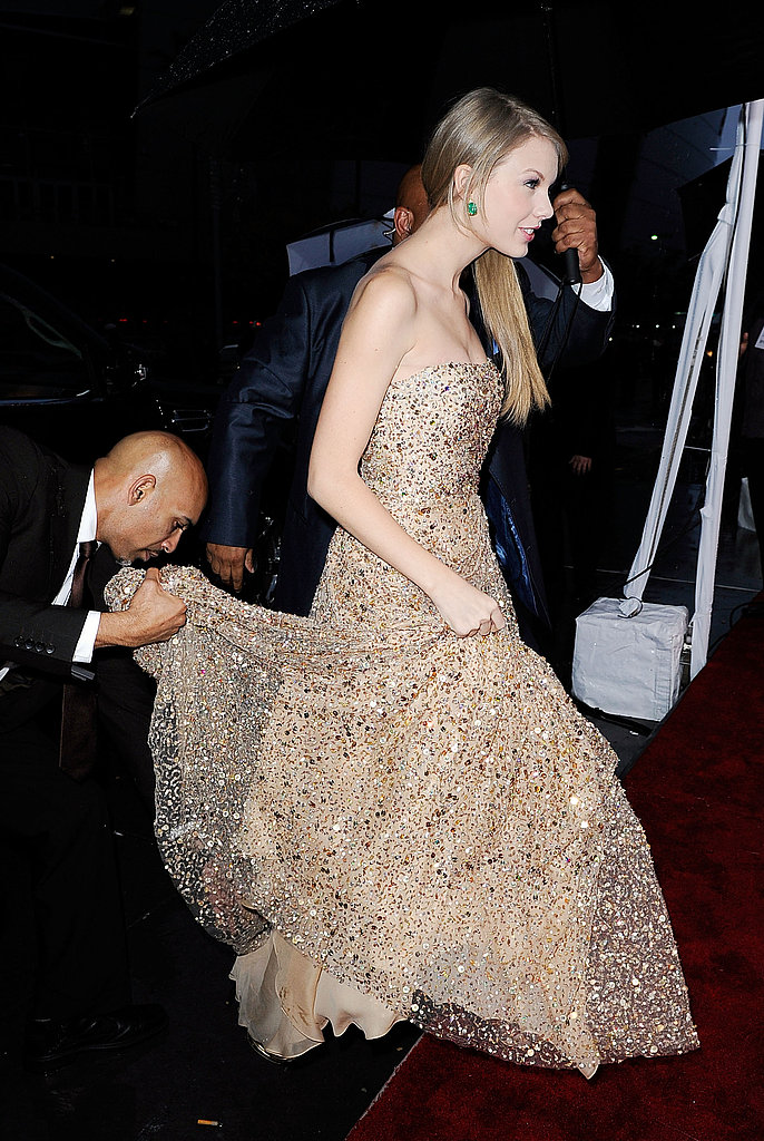Taylor Swift had help with her dress at the AMAs.