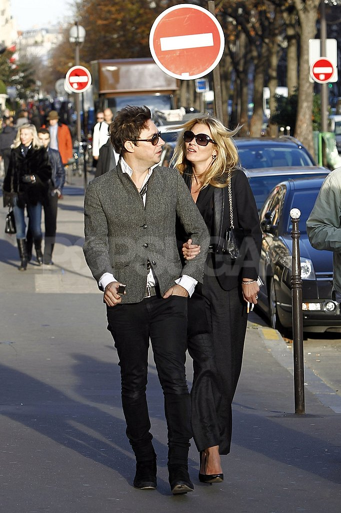 Jamie Hince and Kate Moss had a romantic stroll in Paris.