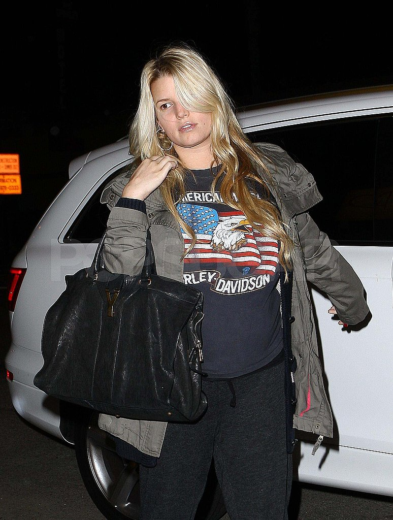 Pregnant Jessica Simpson in a t-shirt and sweats.