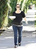 Jennifer Garner carried a baking dish.