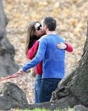 Anne Hathaway and Adam Shulman kissed in an NYC park to celebrate their engagement!