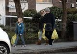 Kate Hudson and Matthew Bellamy carrying groceries.