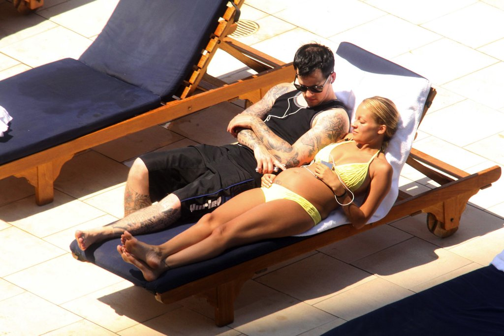 Joel Madden and a pregnant Nicole Richie lounged poolside in Australia in October 2007.