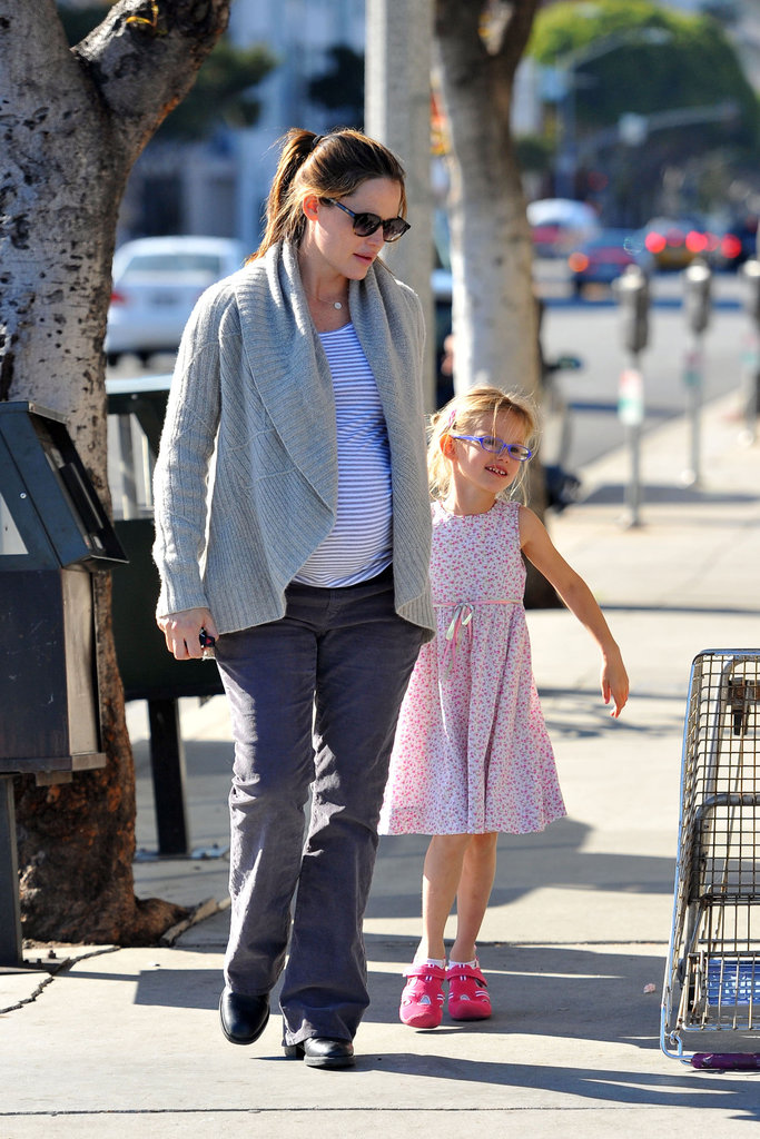 Jennifer Garner and Violet Affleck scooted out to grab Starbucks.
