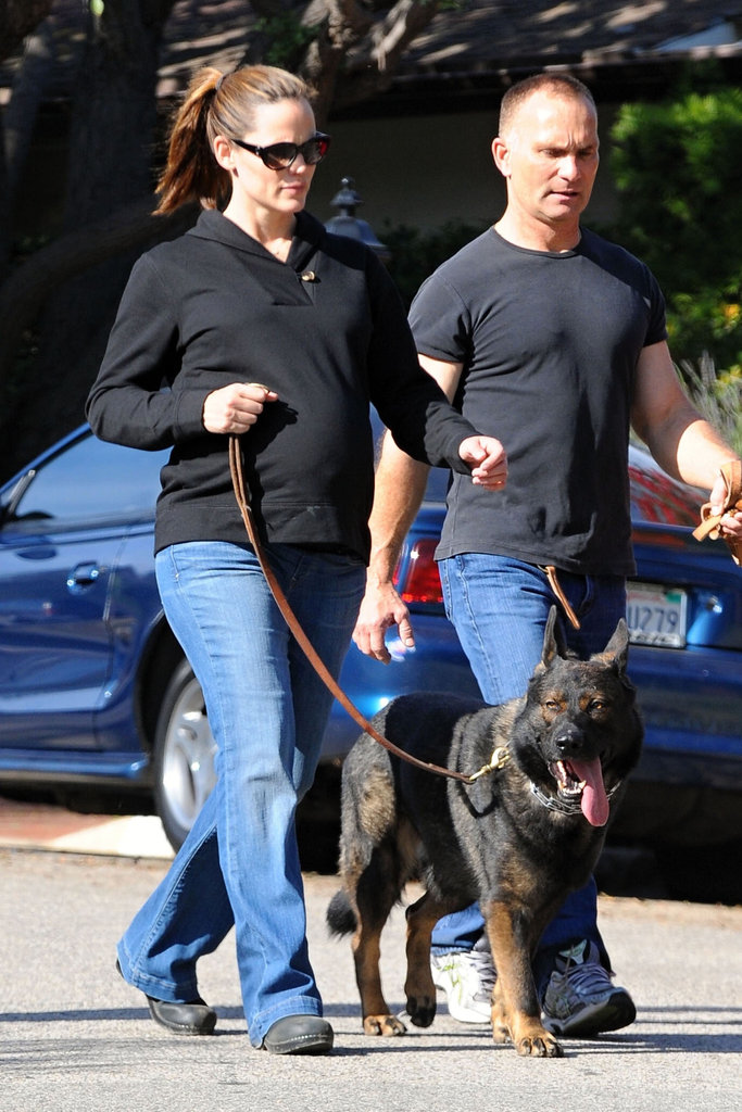 Jennifer Garner held onto her dog's leash.