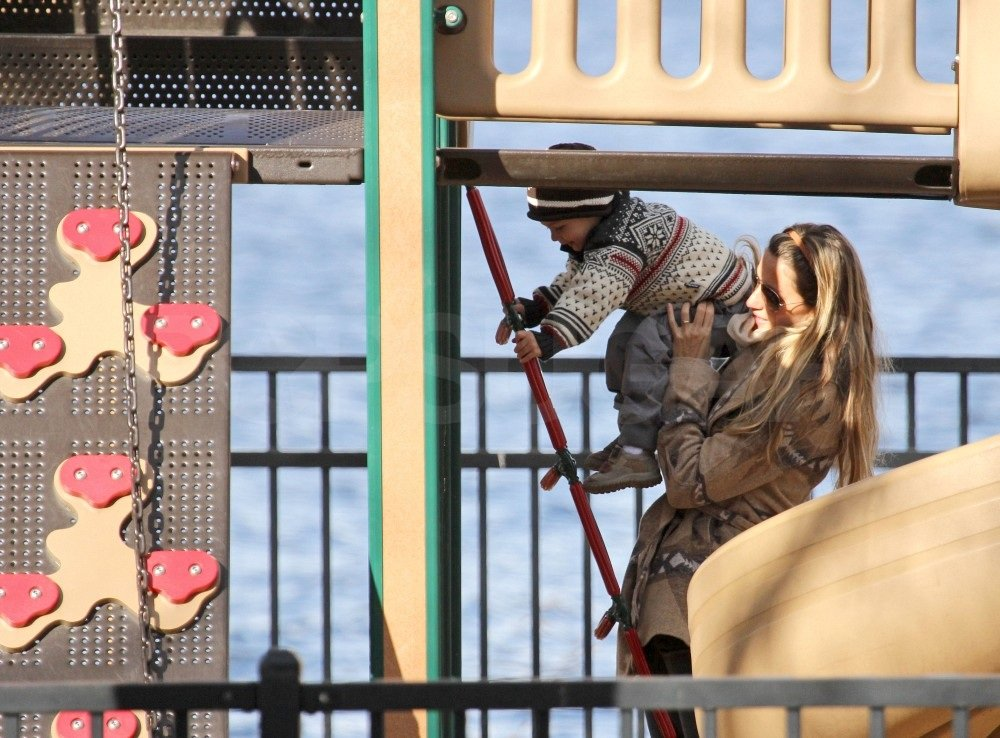 Gisele gave Benjamin a push on the jungle gym.