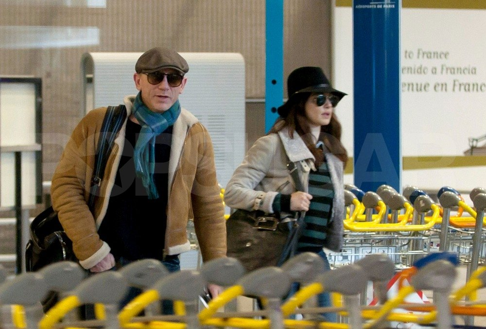 Rachel Weisz and Daniel Craig left the Paris airport together.