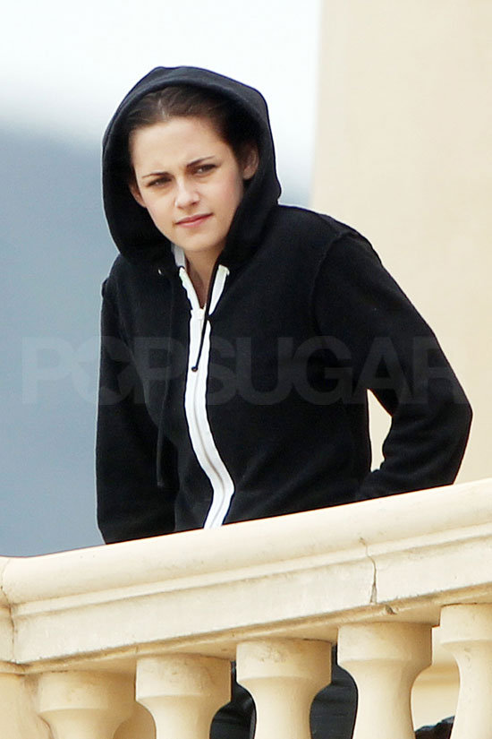 Kristen arrived on set in a black hoodie.