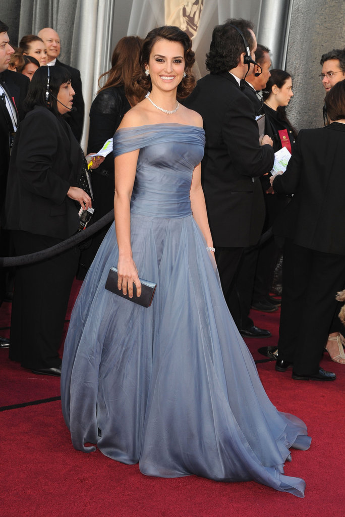 Pelenope Cruz is ravishing tonight in Armani Privé on the Oscars Red Carpet.