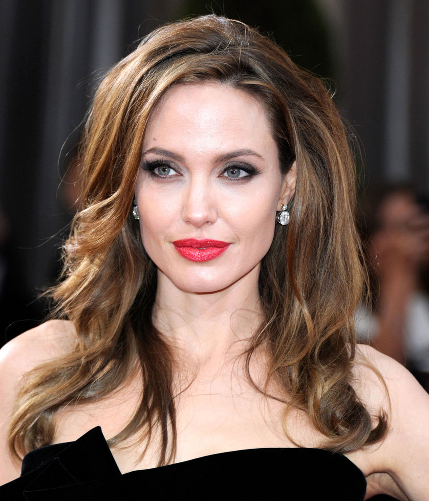 Angelina Jolie channeled classic Hollywood glamour with a pair of diamond drop earrings.