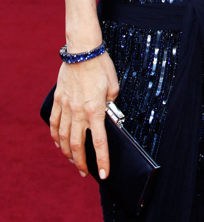 Leslie Mann added midnight-hued jewels and a streamlined clutch to her look.