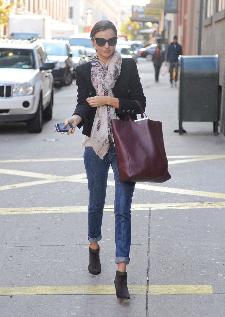 Miranda carrying a bordeaux Céline shopper in NYC.