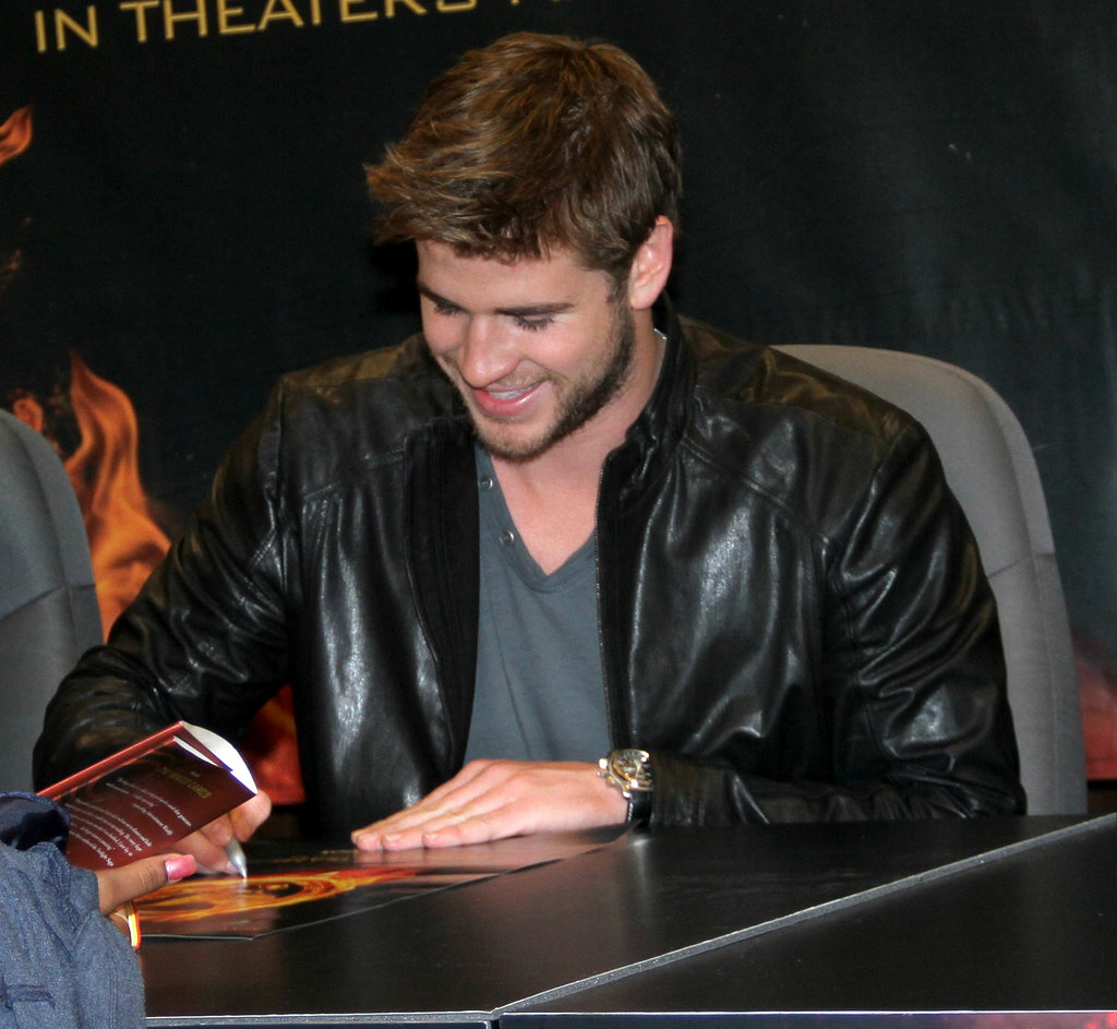 Liam Hemsworth signed autographs.